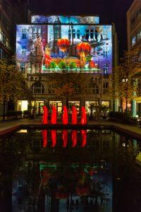 Potsdamer Platz ◆ rote Wächter der Zeit & Nikola Tesla 4D-Mapping auf dem Haus Huth